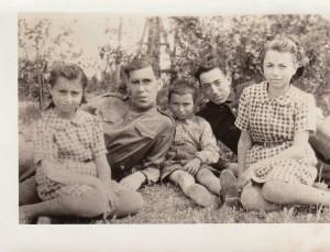 Turmantiškių M. ir N. Kasimovų vaikai: iš kairės į dešinę Miriam, vyras kario uniforma nežinomas, Haroldas, Avramas Kasimovas (tėvo jaunesnysis brolis), Rita. Nuotrauka daryta 1945 m. Turmante.