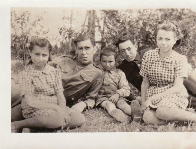 Turmantiškių M. ir N. Karimovų vaikai: iš kairės į dešinę Miriam, vyras kario uniforma nežinomas, Haroldas, Avramas Karimovas (tėvo jaunesnysis brolis), Rita. Nuotrauka daryta 1945 m. Turmante.