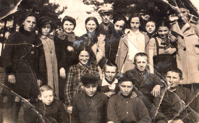 Zarasų žydų mokyklos moksleiviai gamtoje,Bela /Beilė Gafanavičiūtė (viršutinėje eilėje, trečioji iš dešines), Tamara Alberaitė (trečioji iš kairės, su kepure, po vedybų Landienė, vyras Nejahas Landas).