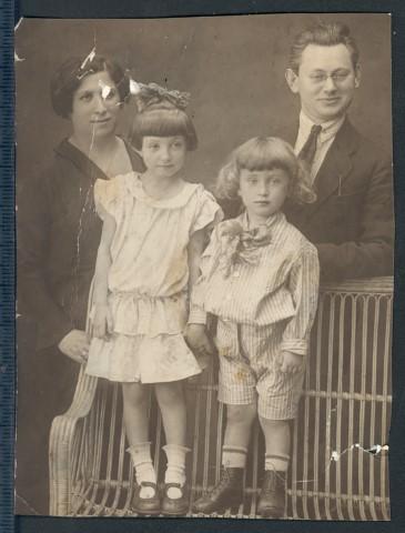 Mama Hanah Šlomovna Musel, tėvas Isaihas Muselis, vyresnioji sesuo Chasia ir Aleksanderis Muselis, Lemingradas, 1926 m. (Small)