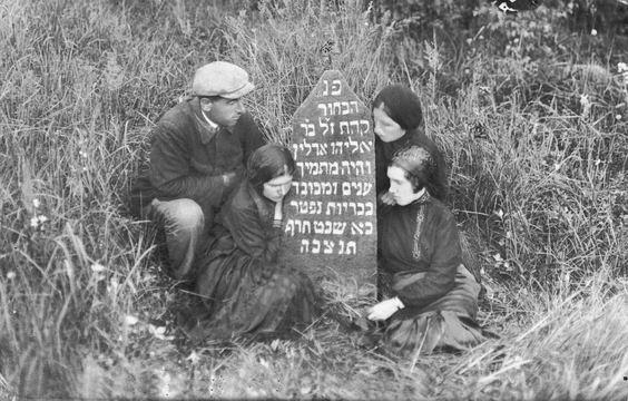 Rivka, Estera, Avramas ir Itali prie brolio Kehato Orlino kapo. Kehatas mirė dvidešimties nuo raupų.